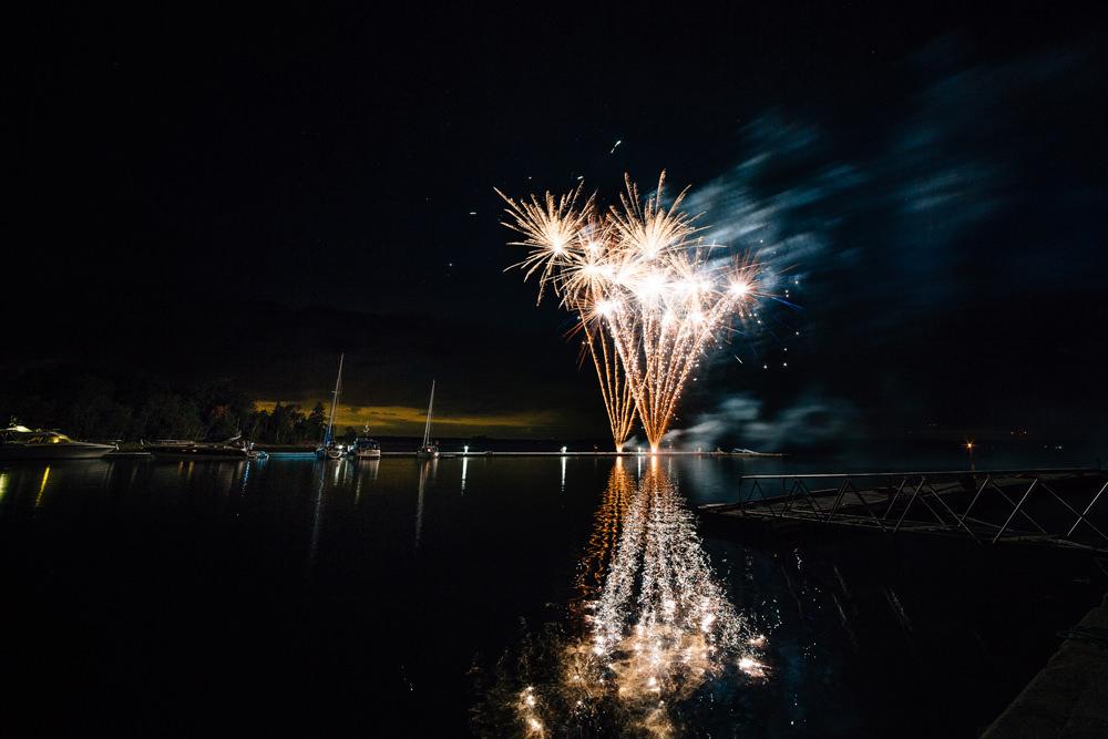 Bröllop på Ljusterö med fest på Nässlingen. Skärgårdsbröllop på vattenskoter. Fotograferat av bröllopsfotograf Jenny Öhman