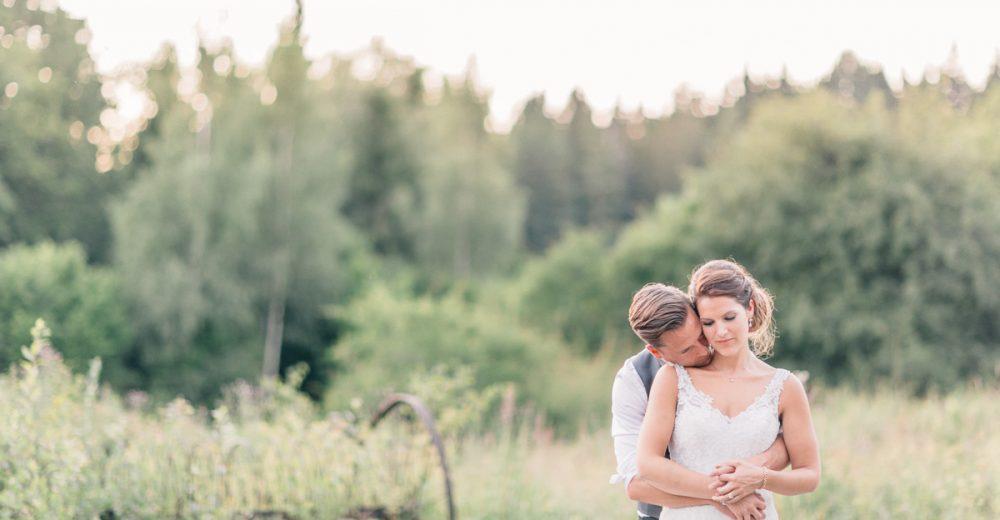 Bröllopsfoto i solnedgång, goldenhour. Lantligt bröllop.